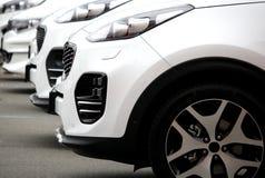 Άσπρα αυτοκίνητα που μένουν στην ελεύθερη εικόνα αποθεμάτων γραμμών Στοκ Εικόνα