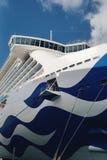Άσπρα ειρηνικά σκάφη της γραμμής κρουαζιέρας στην αποβάθρα στο λιμάνι του Ώκλαντ στοκ εικόνες