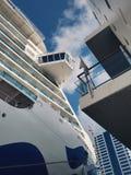 Άσπρα ειρηνικά σκάφη της γραμμής κρουαζιέρας στην αποβάθρα στο λιμάνι του Ώκλαντ στοκ εικόνα