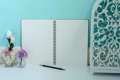 Άσπρα εκλεκτής ποιότητας φανάρι και λουλούδι με το σημειωματάριο κενών σελίδων και το α Στοκ Φωτογραφίες
