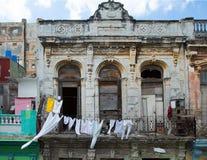 Άσπρα ενδύματα σε μια σκοινί για άπλωμα στην Κούβα στοκ φωτογραφίες