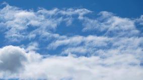Άσπρα επιπλέοντα σύννεφα στο υπόβαθρο του μπλε ουρανού απόθεμα βίντεο