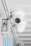 Άσπρα κάμερα ασφαλείας στο ανώτατο όριο Στοκ φωτογραφία με δικαίωμα ελεύθερης χρήσης