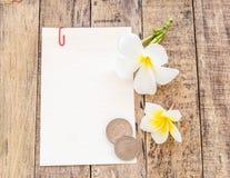 Άσπρα κάρτα και λουλούδι Plumeria σε ξύλινο Στοκ Εικόνες