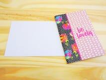 Άσπρα κάρτα και σημειωματάριο σε ένα ξύλινο υπόβαθρο στοκ φωτογραφία με δικαίωμα ελεύθερης χρήσης