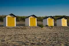 Άσπρα κίτρινα σπίτια παραλιών στους αμμόλοφους Cadzand κακούς, οι Κάτω Χώρες στοκ φωτογραφίες