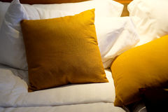 Άσπρα και κίτρινα μαξιλάρια Στοκ εικόνες με δικαίωμα ελεύθερης χρήσης
