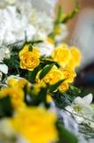 Άσπρα και κίτρινα λουλούδια στις γαμήλιες floral διακοσμήσεις Στοκ φωτογραφίες με δικαίωμα ελεύθερης χρήσης