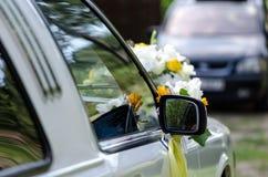 Άσπρα και κίτρινα λουλούδια στις γαμήλιες floral διακοσμήσεις Στοκ Εικόνες