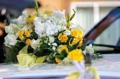 Άσπρα και κίτρινα λουλούδια στις γαμήλιες floral διακοσμήσεις Στοκ Φωτογραφία