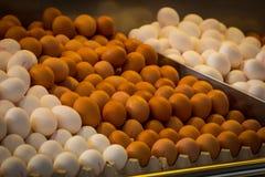 Άσπρα και καφετιά αυγά στην αγορά Στοκ Φωτογραφία