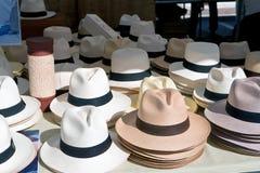 Άσπρα και καφετιά καπέλα στις σειρές στην αγορά Στοκ Φωτογραφία