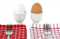 Άσπρα και καφετιά σκληρά βρασμένα αυγά Στοκ Φωτογραφία