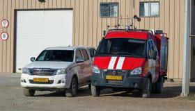 Άσπρα και κόκκινα αυτοκίνητα Στοκ Εικόνες