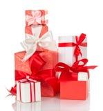 Άσπρα και κόκκινα δώρα Χριστουγέννων που απομονώνονται Στοκ εικόνα με δικαίωμα ελεύθερης χρήσης