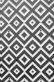 Άσπρα και μαύρα rhombuses στις παλαιές πόρτες Φωτογραφία σε γραπτό Στοκ Εικόνες