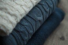 Άσπρα και μπλε πουλόβερ Στοκ Εικόνα