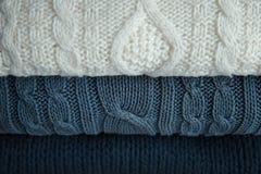 Άσπρα και μπλε πουλόβερ Στοκ Εικόνες