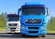 Άσπρα και μπλε τρακτέρ φορτηγών ΑΤΟΜΩΝ Στοκ φωτογραφία με δικαίωμα ελεύθερης χρήσης
