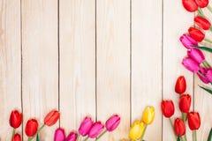 Άσπρα και πορφυρά τριαντάφυλλα ανθοδεσμών Ροζ, κόκκινο, yelow, τουλίπες στο ξύλο Στοκ φωτογραφίες με δικαίωμα ελεύθερης χρήσης