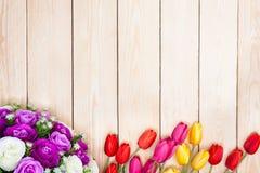 Άσπρα και πορφυρά τριαντάφυλλα ανθοδεσμών Ροζ, κόκκινο, yelow, τουλίπες στο ξύλο Στοκ Φωτογραφία