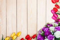 Άσπρα και πορφυρά τριαντάφυλλα ανθοδεσμών Ροζ, κόκκινο, yelow, τουλίπες στο ξύλο Στοκ Εικόνες