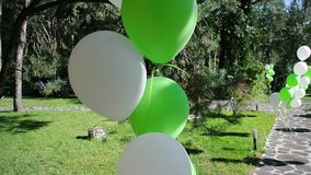 Άσπρα και πράσινα μπαλόνια σε διακοπές απόθεμα βίντεο