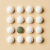 Άσπρα και πράσινα χάπια Στοκ φωτογραφία με δικαίωμα ελεύθερης χρήσης