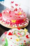 Άσπρα και ρόδινα κέικ αμυγδαλωτού επάνω στοκ φωτογραφία