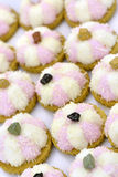 Άσπρα και ρόδινα μπισκότα καρύδων Στοκ Φωτογραφίες