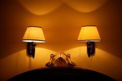 Άσπρα και χρυσά σανδάλια peeep-toe Στοκ Εικόνες