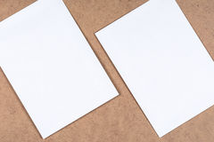 Άσπρα κενά φύλλα εγγράφου στο ινώδες χαρτόνι Στοκ Εικόνα