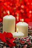 Άσπρα κεριά στη χειμερινή διακόσμηση φθινοπώρου Στοκ Φωτογραφίες
