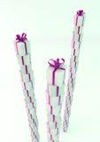 Άσπρα κιβώτια δώρων με τις πορφυρές κορδέλλες Στοκ φωτογραφία με δικαίωμα ελεύθερης χρήσης