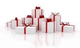 Άσπρα κιβώτια δώρων Χριστουγέννων με τις κόκκινες κορδέλλες Στοκ φωτογραφίες με δικαίωμα ελεύθερης χρήσης
