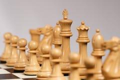 Άσπρα κομμάτια σκακιού Staunton στον πίνακα σκακιού Στοκ Εικόνα