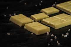 Άσπρα κομμάτια σοκολάτας στο σκοτεινό υπόβαθρο Στοκ Εικόνα