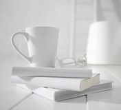 Άσπρα κούπα και γυαλιά   Στοκ Φωτογραφία
