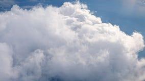 Άσπρα μαλακά χνουδωτά σύννεφα πέρα από το πράσινο τοπίο, εναέρια άποψη από το αεροπλάνο απόθεμα βίντεο