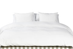 Άσπρα μαξιλάρια και κάλυμμα σε ένα κρεβάτι Στοκ εικόνα με δικαίωμα ελεύθερης χρήσης