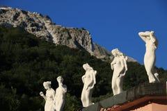 Άσπρα μαρμάρινα γλυπτά που εκτίθενται στο Καρράρα Αντίγραφα του classica στοκ φωτογραφία
