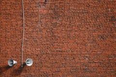 Άσπρα μεγάφωνα σε ένα τούβλινο υπόβαθρο τοίχων στοκ φωτογραφία με δικαίωμα ελεύθερης χρήσης
