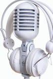 Άσπρα μικρόφωνο και ακουστικά Στοκ εικόνα με δικαίωμα ελεύθερης χρήσης