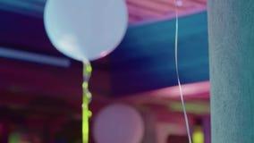Άσπρα μπαλόνια στο κόμμα φιλμ μικρού μήκους