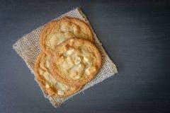 Άσπρα μπισκότα καρυδιών Macademia σοκολάτας Στοκ φωτογραφία με δικαίωμα ελεύθερης χρήσης