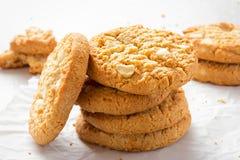 Άσπρα μπισκότα σοκολάτας με τα χοντρά κομμάτια σοκολάτας υδατοπτώσεων Στοκ εικόνα με δικαίωμα ελεύθερης χρήσης