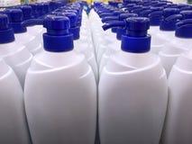 Άσπρα μπουκάλια σαμπουάν με τα μπλε καλύμματα διανομής Στοκ φωτογραφίες με δικαίωμα ελεύθερης χρήσης