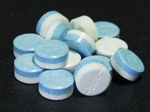 Άσπρα μπλε χάπια Στοκ Εικόνες
