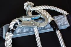 Άσπρα νάυλον σχοινί και carabine Στοκ Φωτογραφία