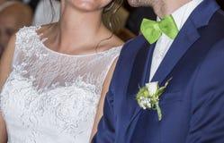 Άσπρα νυφικά φόρεμα και bleue κοστούμι γαμήλιων ζευγών Στοκ φωτογραφίες με δικαίωμα ελεύθερης χρήσης